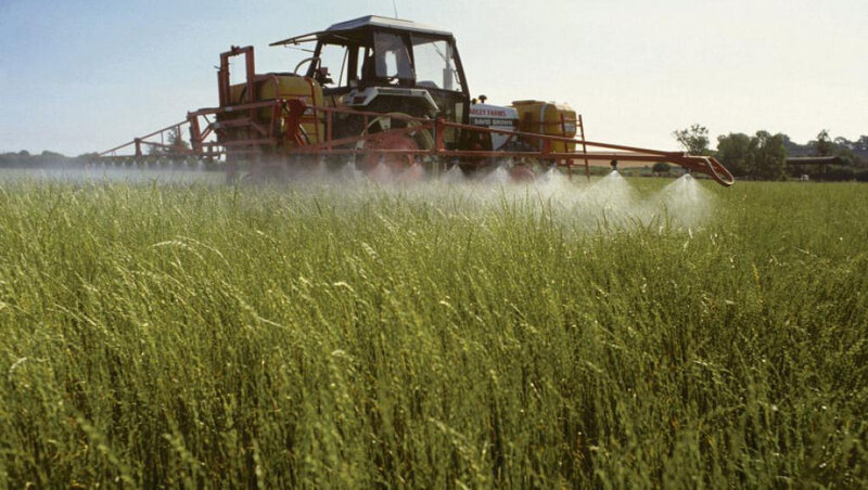 epandage-glyphosate-pesticide-champs-ok_0