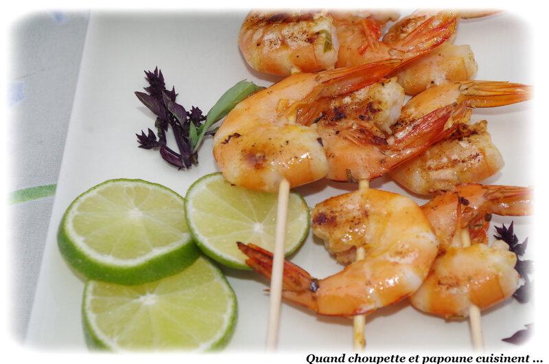 brochettes de crevettes grillées, sauce aux herbes et citron vert-5051
