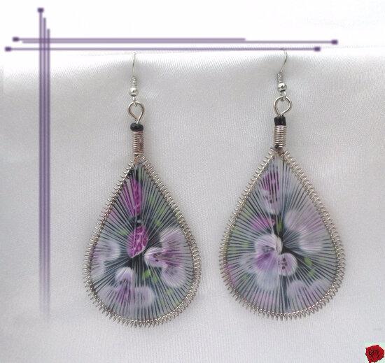 Boucles d'Oreilles Motif Fleurs Violettes Fil Tissé Métal Argenté