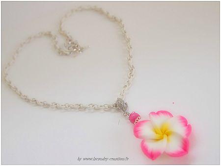 collier mi long chaine metal blanche et fleur de tiaré rose, perles de nacre
