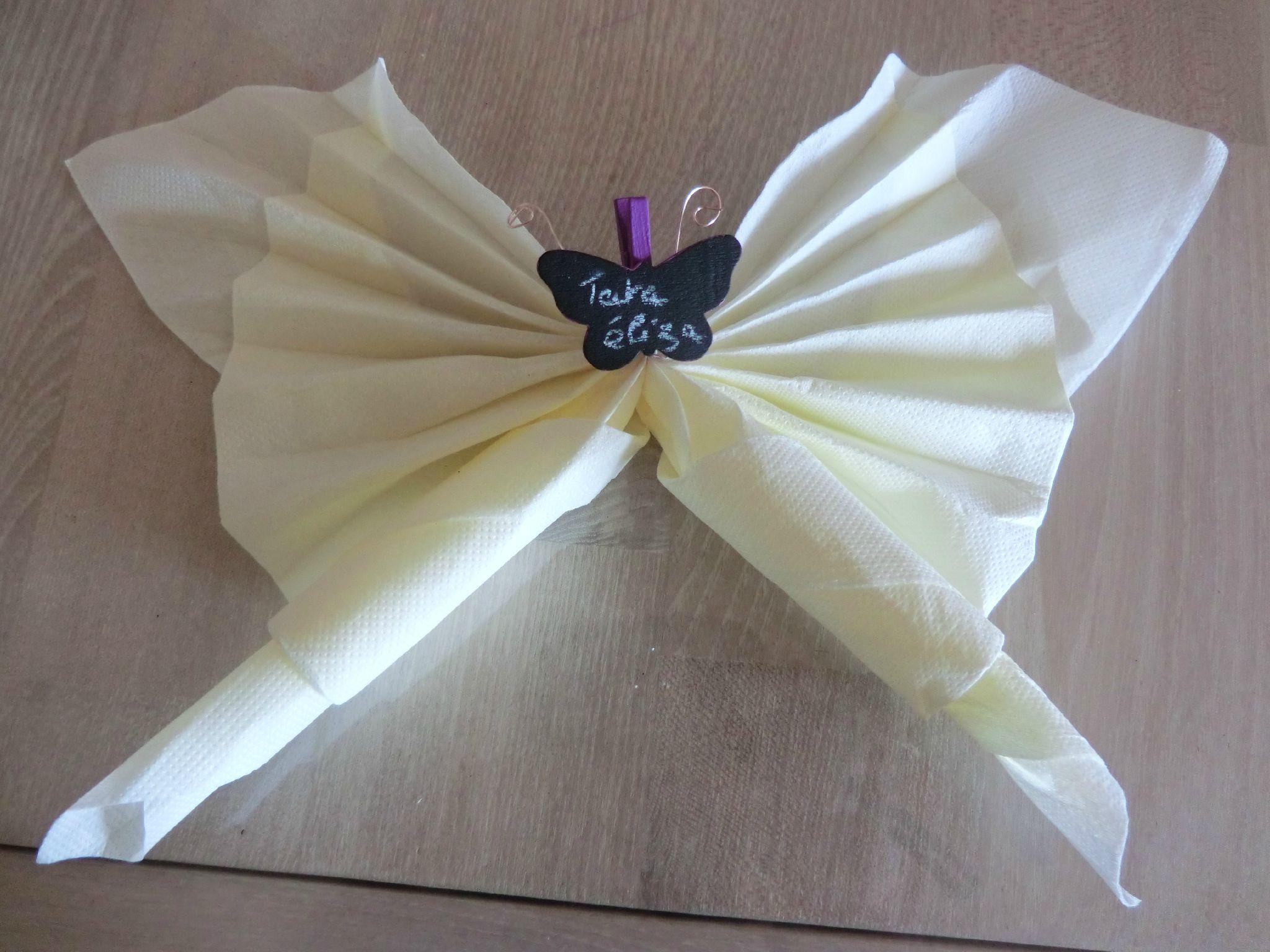 pliage serviette en forme de papillon cr loane. Black Bedroom Furniture Sets. Home Design Ideas