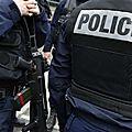 Des policiers armés de fusils d'assaut interrompent une séance de cinéma