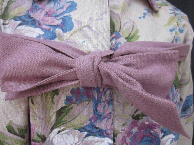 Manteau AGLAE en toile de coton beige fleuri violine et bleu, fermé par un noeud de coton violine (4)