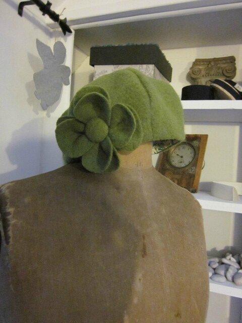 Chapeau AGATHE en laine bouillie vert anis avec fleur - doublure de coton imprimé plumettes turquoise et vert (3)