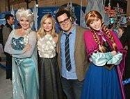 La Reine des Neiges - Kriten Bell (voix originale d'Anna) et Josh Gad (voix originale d'Olaf) entourés d'Elsa et Anna à l'avant-première mondiale du film