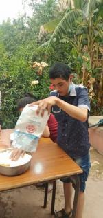 Ayoub ajoute le sucre