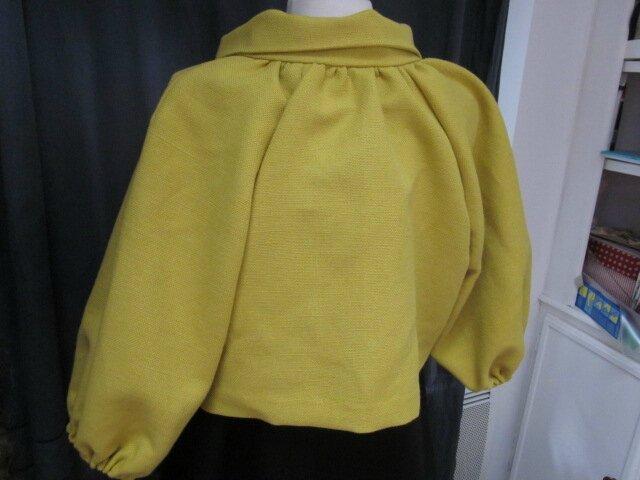 Veste BLANCHE en lin épais mais souple jaune moutarde fermée par un bouton de nacre (1)