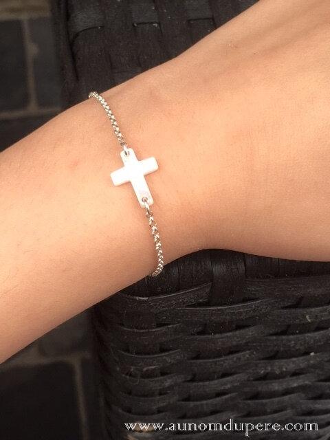 Bracelet Croix en nacre sur chaîne argent massif fine (porté) - 32 €