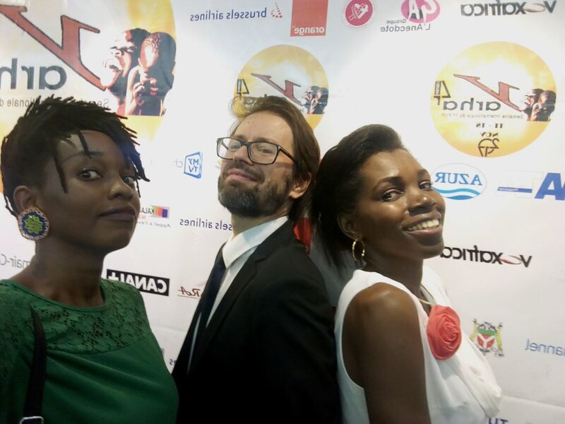 Alexandre Labruffe, au centre, avec la team com des Trophées francophones du cinéma au Cameroun