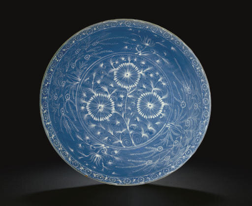 A large Swatow slip-decorated blue-ground bowl, Ming dynasty (1368-1644)