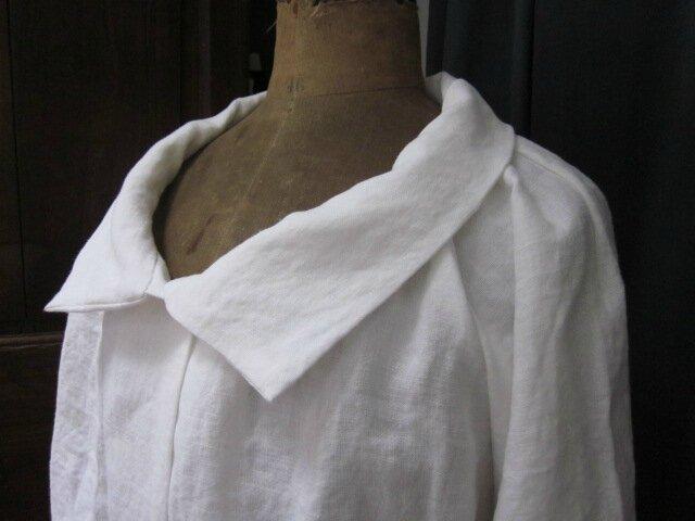 Veste BLANCHE en lin cloqué blanc cassé - fermée par un bouton de nacre (4)