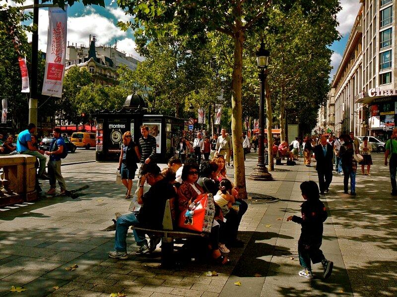 Animation sur les Champs Elysées.
