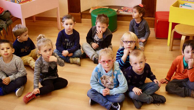 MÉDIATHÈQUE 2018 RACONTE TAPIS enfant assis