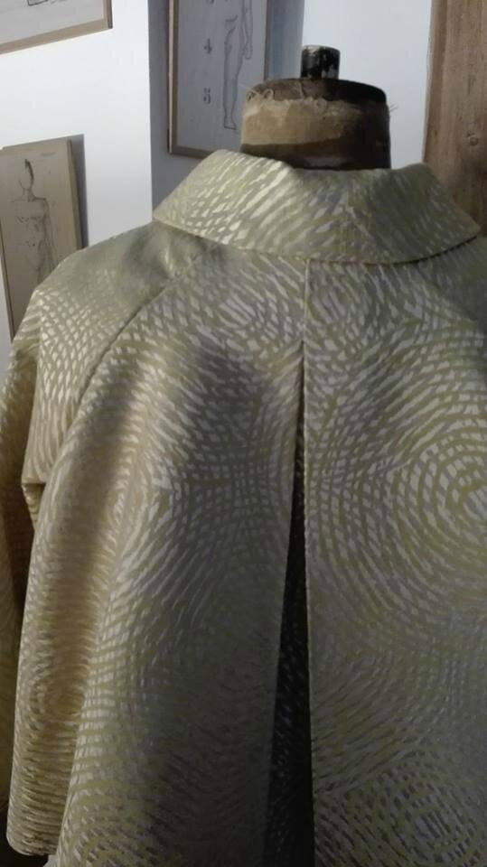Veste VICTORINE en toile polyester jaune et beige motif cercles - Doublure de satin noire (3)