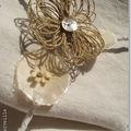 Fleur de ficelle sur le cintre