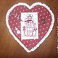 Un coeur de pochette à couture rouge foncé et