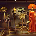 Chapeaux, chaussures, masques, perruques...
