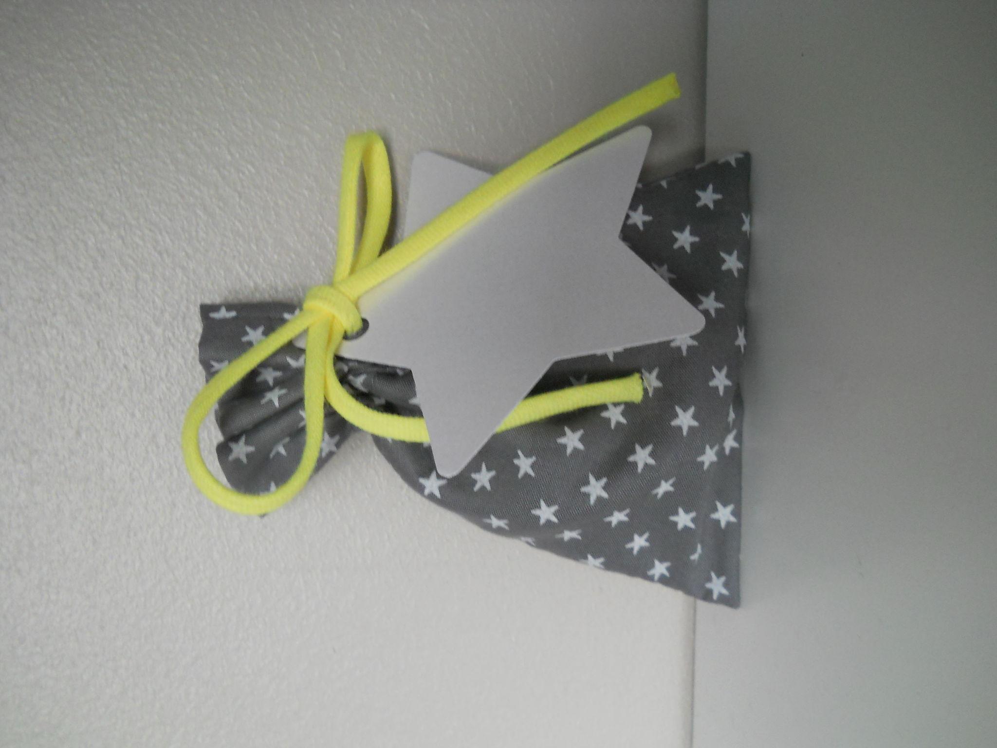 pochon gris étoiles blanches, cordon fluo jaune