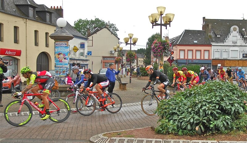 GRAND PRIX DE FOURMIES 2016 coureurs place Villemant