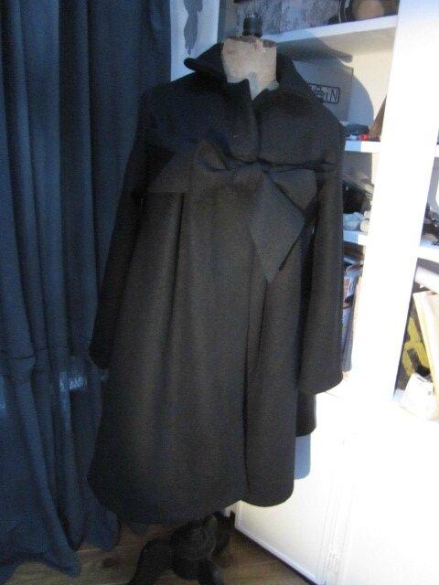 Manteau AGLAE en laine bouillie noire fermé par un noeud dans le même tissu (12)