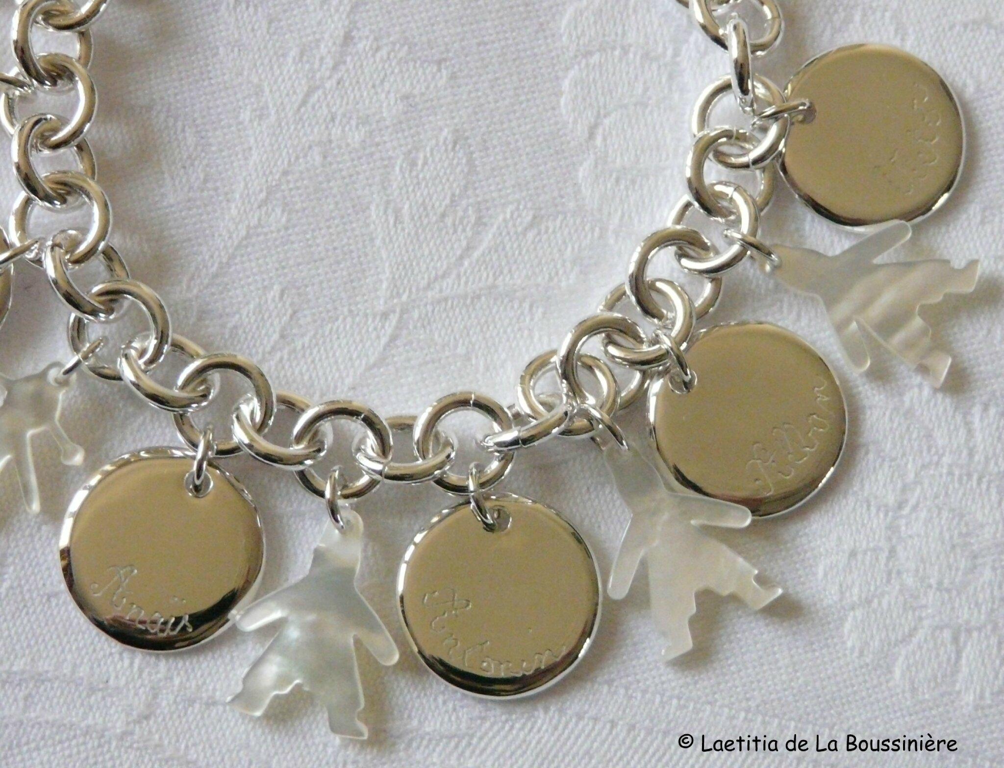 Bracelet sur chaîne plaqué argent ronde, médailles en argent massif gravées et personnages en nacre (ici les garçons)