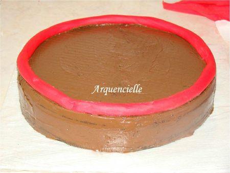 Mettre le boudin sur le dessus du gâteau sur le bord