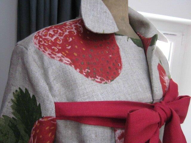 Manteau AGLAE en lin naturel imprimé de grosses fraises rouge - noué sur le devant d'un lien de lin rouge (9)