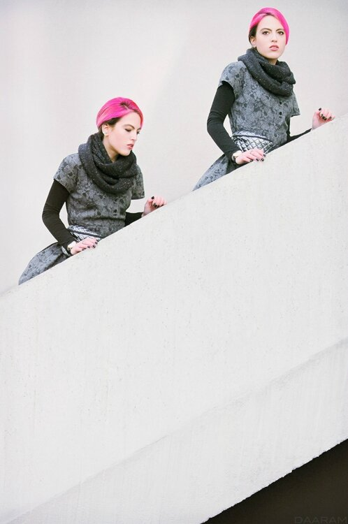 Twins-in-the-stairs_Daaram