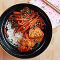 Bol de riz avec poulet et légumes au satay