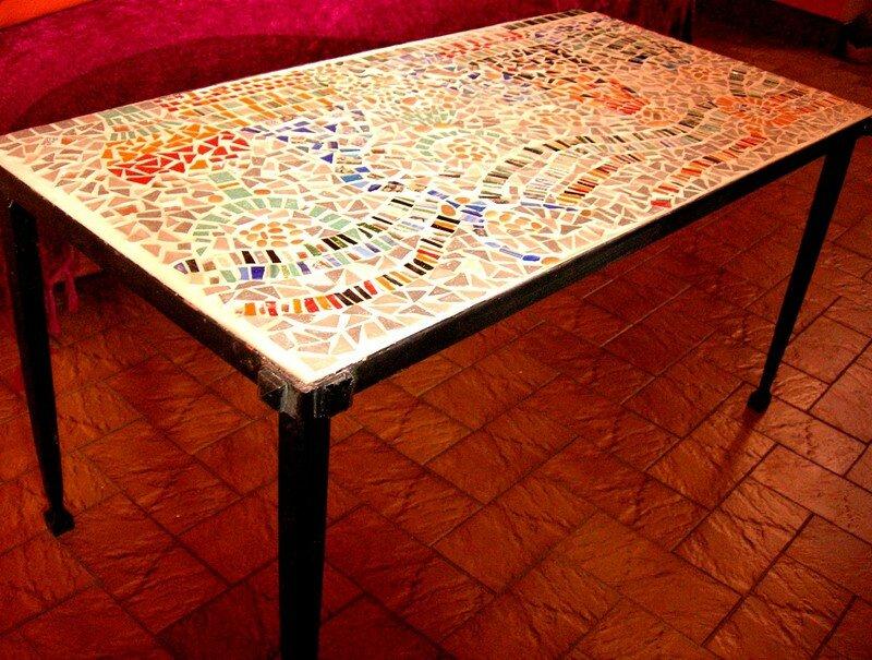 La table de salon de notre grand-mère, de vieilles assiettes, encore des bouts de miroirs...