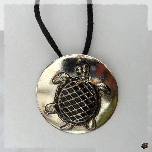 Pendentif Rond Tortue Sculptée Métal Argenté Avec Cordon Daim Noir