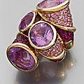 Bague en or jaune à double motif croisé ornée d'améthystes, de saphirs roses, de rubis et de diamants