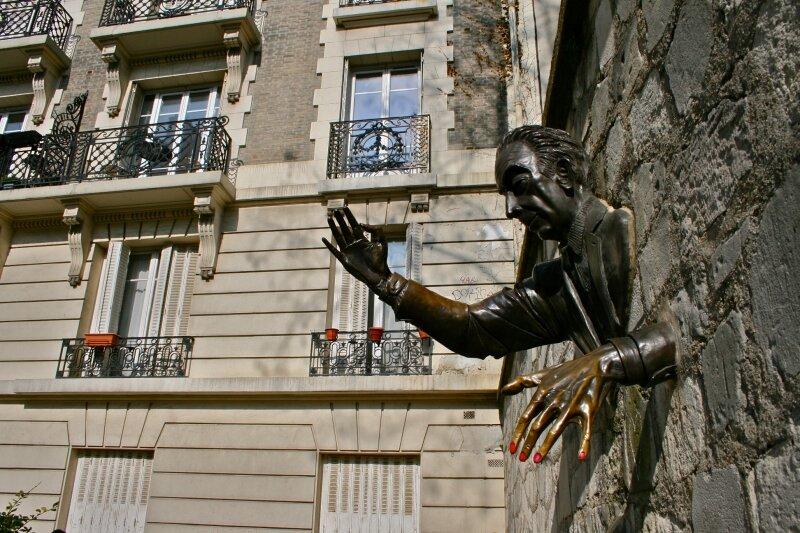 Le Passe-Muraille oeuvre de Jean Marais sur la butte Montmartre.