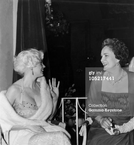 jayne-1958-05-10-cannes-with_begum_aga_khan