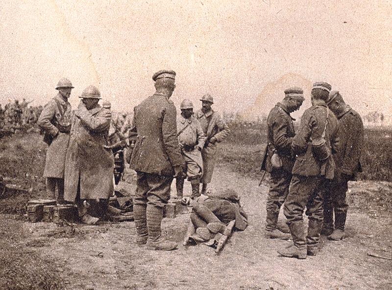 1918 07 28 Ill 3938 prisonniers allemands ramenant un blessé