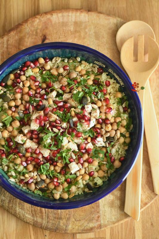 Salade de semoule de coucous, poulet, pois chiches, concombre, grenade & graines au garam masala_1