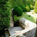 Descente dans la cour du château de Cordés