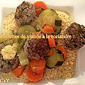 Boulettes de viande à la coriandre accompagnées de légumes et semoule