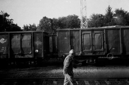 homme_entre_wagons
