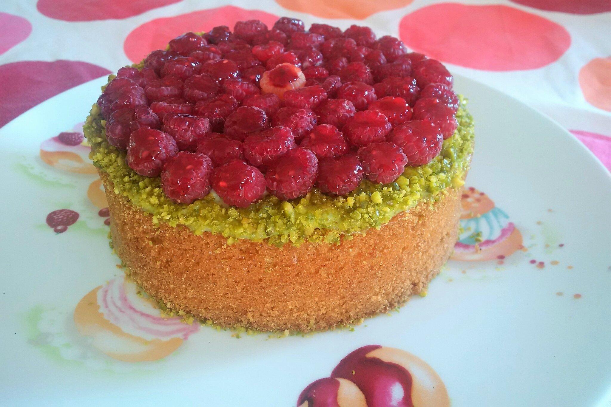 Gâteau comme un Sablé Breton, fourré Crème Basilic/Mascarpone, Framboises et Gelée fruits rouges, Pistaches concassées