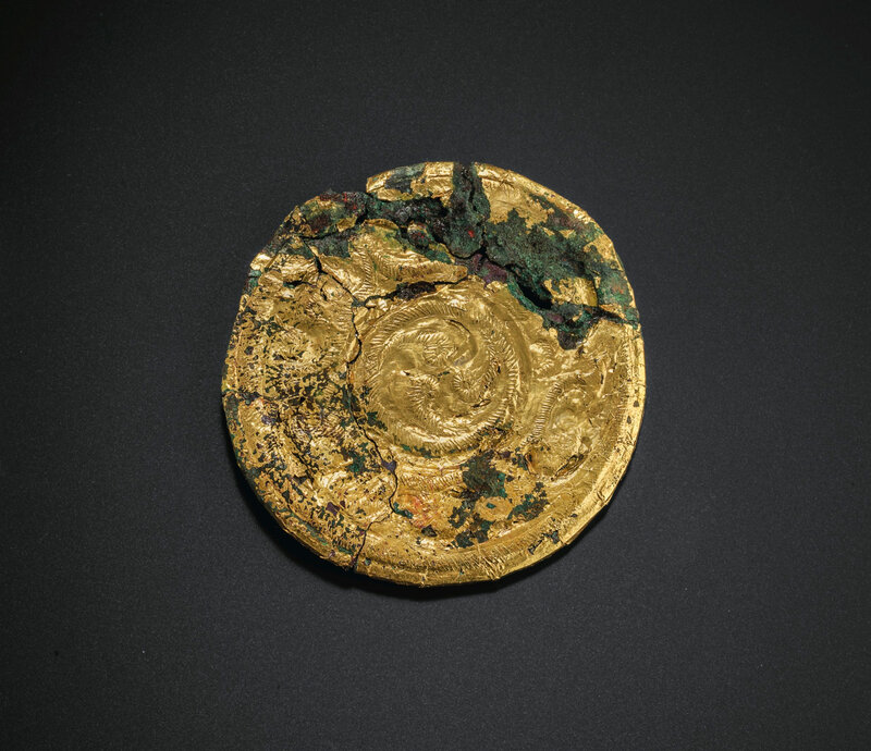 2019_NYR_18338_0519_000(a_gold_foil-covered_bronze_circular_plaque_spring_and_autumn_period_la)