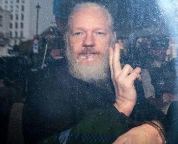 923 - Une juge britannique prolonge la détention de Julian Assange