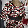 Robe RAYMONDE en coton imprimé renards roux et rouge sur fond noir - manches raglan - longueur genoux - taille unique (8)