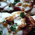 Bruschetta pistou, jambon cru, tomate séchée et mozza sur pain de figue et noix