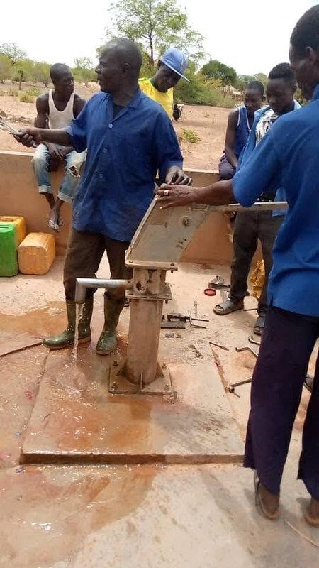 Réparation d'une pompe à Koankin