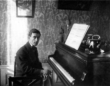 Maurice_Ravel_au_piano_-_1912