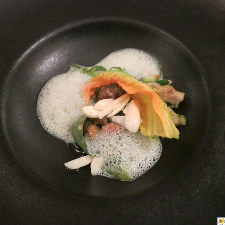 Petits pois gourmands, amandes fraîches, pistaches torréfiées, fleurs de courgette (2)