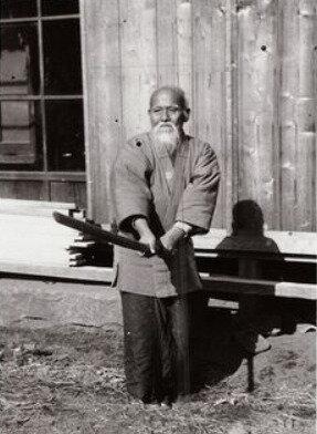 Maître Ueshiba avec un bokken