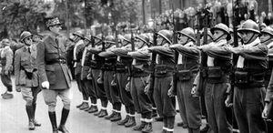De Gaulle passe en revue les FFL à Londres (juillet 1940)