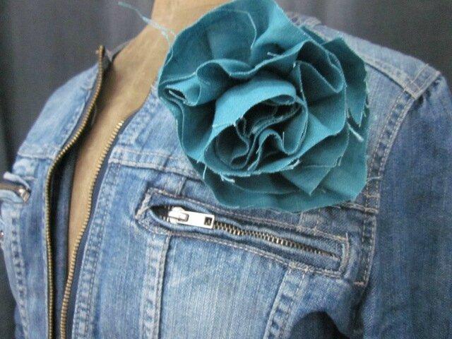 Broche fleur EVELYNE en lin bleu lagon (1)